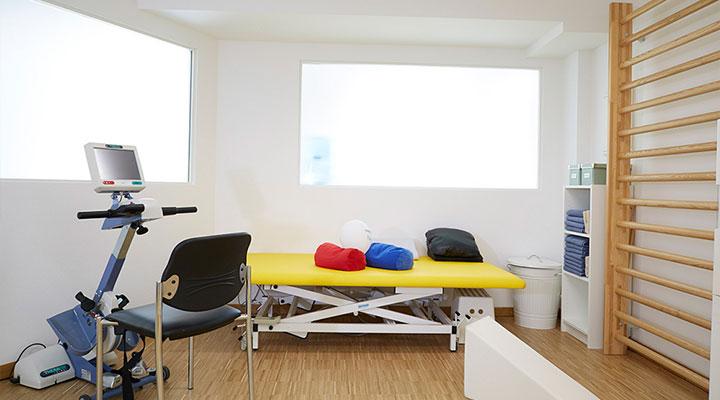 07-moderene_geraete_und_helle_ergotherapie_praxisraeume
